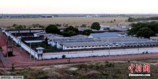 """继1月1日亚马孙州发生监狱暴动致数十人死亡事件后,巴西北部罗赖马州的一所监狱于当地时间1月6日又发生暴乱,致使33名囚犯死亡。据巴西环球网6日报道,发生暴乱的是罗赖马州最大的基督山监狱,距离州府博阿维斯塔十公里。该监狱关押1400多名犯人,是设计容量的两倍。6日凌晨2时30分左右,监狱管理方发现了33具囚犯的尸体。罗赖马州安全部门称,此次监狱暴力事件可能是狱中两个巴西势力较大的帮派火拼引发的,始作俑者是以圣保罗为巢穴的巴西第一大贩毒匪帮""""首都第一司令部""""(PCC)。在1日亚马孙州发生的暴动中,正是该团伙与另一名为""""北方家族""""(FDN)的贩毒团伙发生冲突,造成了巴西20多年来最严重的监狱暴力..."""