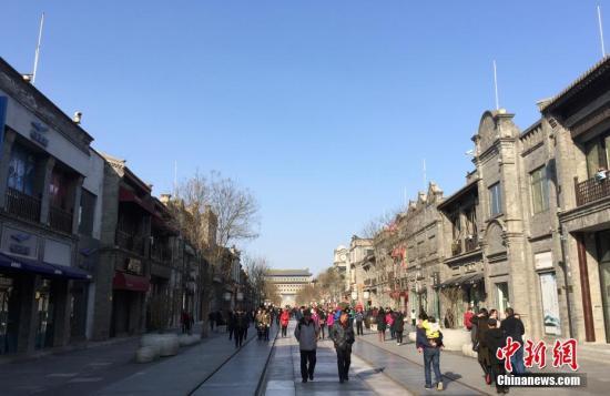 材料图:1月8日,北京延续了近十天的雾霾终究消失,蓝天再现。 中新社记者 毛建军 摄
