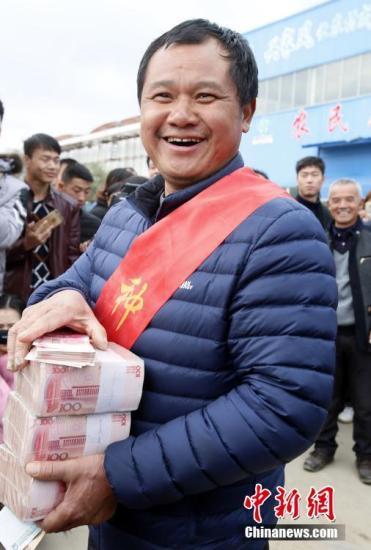今年凌继河承包的良田再次获得丰收,过年前他兑现诺言,为90余位农民共发放308万种粮奖金。刘占昆 摄