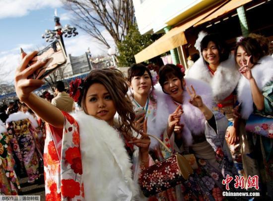 """地面时间1月9天,天本年满20春年轻人穿着和服参加""""成为年节""""。因,年年岁岁1月的亚只星期一,天本年满20周岁的青春男女都设欢度""""成人节"""",庆自己成年。"""