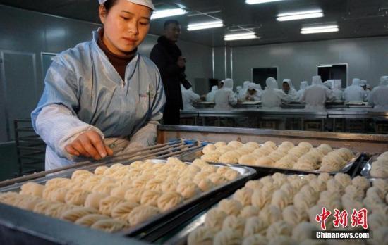 不到5秒时间,拣皮、挑馅、掐花,一气呵成,一只个头饱满的饺子就呈现在眼前。1月8日,在江西省万载县高城镇一家专业生产手工饺子的食品厂内,数十位女工正忙碌着生产。工厂负责人辛增平告诉记者,工厂每月生产手工饺子约20万斤,女工们每天工作十小时,每人每天手工包出4000只饺子。王昊阳 摄
