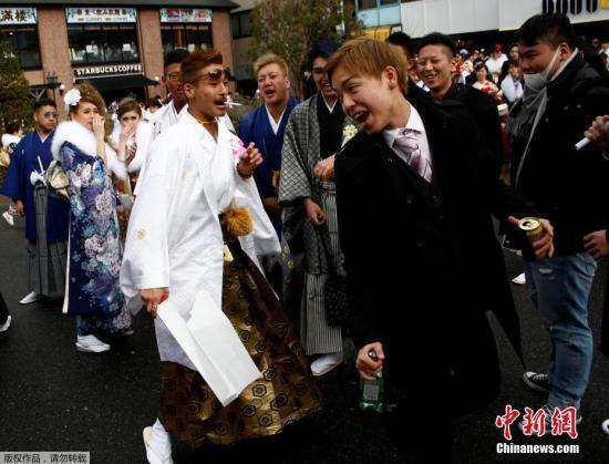 """当地时间1月9日,日本年满20岁年轻人穿着和服参加""""成年节""""。据悉,每年1月的第二个星期一,日本年满20周岁的青年男女都要欢度""""成人节"""",庆祝自己成年。"""