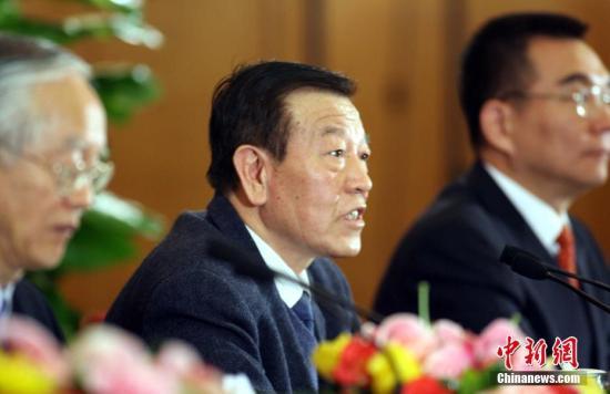 1月9日,中共中央、国务院在北京人民大会堂举行2016年度国家科学技术奖励大会。国家最高科学技术奖得主每人奖金500万元人民币。赵忠贤,屠呦呦,共同获得2016年度国家最高科学技术奖。图为2006年3月7日,中科院院士赵忠贤在全国政协十届四次会议北京举行记者招待会上。(资料图)<a target='_blank' href='http://www.chinanews.com/'>中新社</a>记者 廖文静 摄
