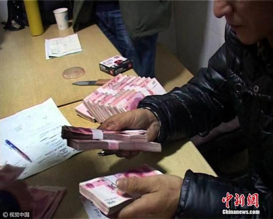 发工资。(资料图) 雨田 摄 图片来源:视觉中国