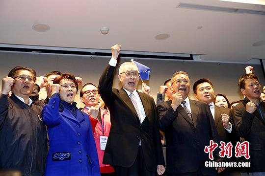 资料图:吴敦义(中)召开记者会,宣布参选中国国民党主席。 中新社记者 陈小愿 摄