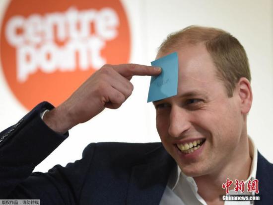 当地时间1月10日,伦敦,威廉王子拜访收容所做慈善活动,与女子头贴吸油纸搞怪大笑表情呆萌。
