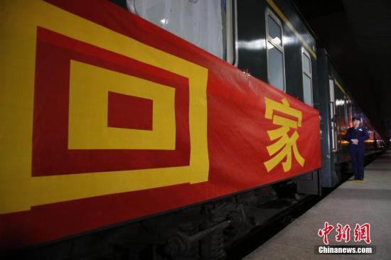 """1月11日凌晨2时56分,四川开出了首趟赴广东深圳的春运加开列车,接川籍乡亲回家过年。这趟加开列车是成都至深圳的K4075次普速客车,由于节前四川等地的长途客流主要以返乡探亲的务工流为主,这趟客车采取了""""空送""""形式到深圳接运在当地工作的川籍乡亲回家。根据目前客票预售情况分析,列车到达深圳后,1月13日将搭载约1100名旅客返回成都。龚萱 摄"""