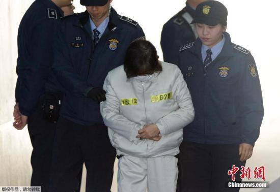 """当地时间2017年1月11日,韩国首尔中央地方法院将进行""""亲信门""""核心涉案人崔顺实的第二次庭审。据悉,在第二次庭审中,检方将继续进行5日第一次庭审中未能结束的证据调查。所谓证据调查是指,检方向审判组介绍在检方提交的证据中辩方认可的证据资料。"""