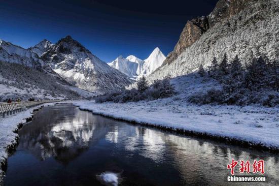 稻城县位于中国四川省西南边缘,地处青藏高原东南部,横断山脉东侧。属康巴藏区的甘孜藏族自治州。稻城亚丁有三大雪山,仙乃日、央迈勇、夏诺多吉,她们被视为守护亚丁藏民的守护神山。雪山被五彩的森林映衬着,山谷的湖泊倒影。这样的美景在稻城亚丁倒是随处可见,这便是传说中的香格里拉,这便是让你犹如走进一幅油画一般的仙境。稻城还有三个著名的海子,牛奶海,五色海,珍珠海,雪水汇成的湖泊,总是美得让人心醉。拍摄于四川甘孜藏族自治州稻城县。 <a target='_blank' href='http://www.jt78.cn/'>中新社</a>发 张钟明 摄