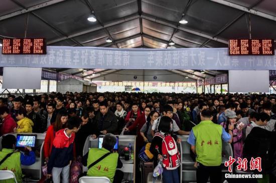 资料图:1月11日,广州火车站广场。记者 陈骥�F 摄
