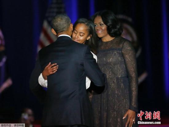 """当地时间2017年1月10日,美国芝加哥,美国总统奥巴马发表告别演讲。据悉,奥巴马在他的第二故乡芝加哥麦克考米克广场的湖滨会议中心发表演说。会议中心座无虚席,演讲开始前由芝加哥著名歌手演唱美国国歌。奥巴马一上台就表示,""""你好,芝加哥。回家的感觉真好。""""他还自嘲说,""""你们可以说我是'跛脚鸭',因为没有人服从指令""""。奥巴马还提到,虽然我们无法做到毫无瑕疵,但我们有能力去""""改变""""。白宫发言人莎琪(Jen Psaki)说,这个演说要比国情咨文短一些。奥巴马任内发表的国情咨文平均长度为63分钟。在即将卸任的奥巴马发表告别演说之后,当选总统特朗普定于11日举行去年7月以来的首场记者会。"""