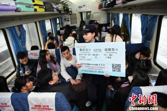 """高峰期日入千元""""黄牛""""如何绕开火车购票实名制?"""
