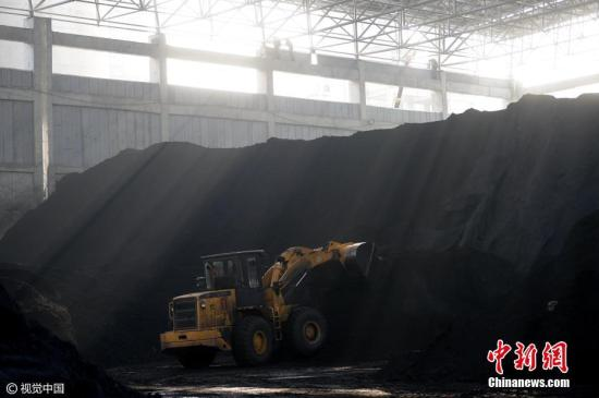 资料图 山东省最大的条形封闭煤场。 御宁 摄 图片来源:视觉中国