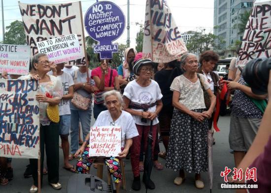 1月12日,菲律宾多个民间团体在日本驻菲大使馆前举行集会抗议活动,要求日本政府向慰安妇受害者正式道歉、赔偿。图为4名菲籍慰安妇受害者参加当天抗议活动。1月12日至13日,日本首相安倍晋三对菲律宾进行正式访问。<a target='_blank' href='http://www.chinanews.com/'>中新社</a>记者 张明 摄