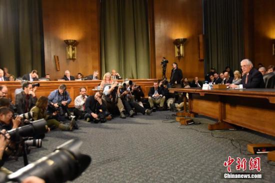 当地时间1月11日,美国候任国务卿雷克斯・蒂勒森出席美国会参议院外交关系委员会举行的提名听证会,吸引众多媒体记者旁听、拍摄。<a target='_blank' href='http://www.chinanews.com/'>中新社</a>记者 刁海洋 摄