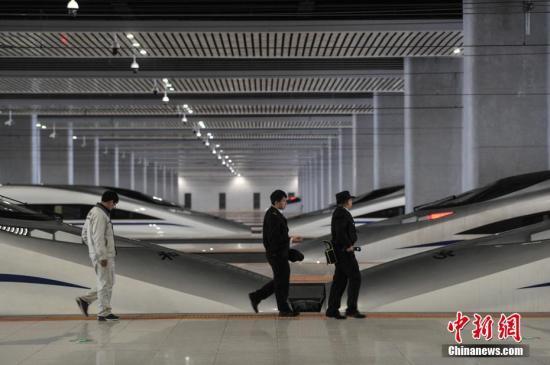 图为昆明南站工作人员检查动车。记者 任东 摄