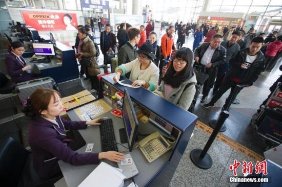 1月13日,2017年中国春运正式开启。据中国交通运输部首发的大数据显示,1月13日至2月21日春运期间,全国旅客发送量预计达29.78亿人次,同比增长2.2%。其中,据民航局预测,春运期间,通过民航出行的旅客将达到5830万人次,同比增长10%左右,再创历史新高。 张云 摄