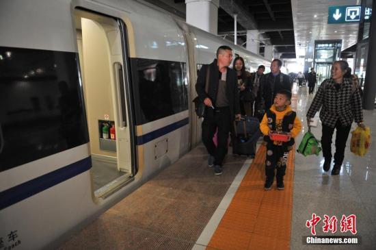 1月13日,云南高铁开通运营后迎来首个春运,据统计,2017年春运昆明铁路局预计发送旅客624万人,与往年比增幅20%。2016年底,云南同时开通沪昆客专、云桂铁路、东南环线和昆玉线近800公里高速铁路,将云南与内地主要城市的时空距离大幅缩短。图为旅客进入昆明南站乘坐高铁。<a target='_blank' href='http://www.chinanews.com/'>中新社</a>记者 任东 摄
