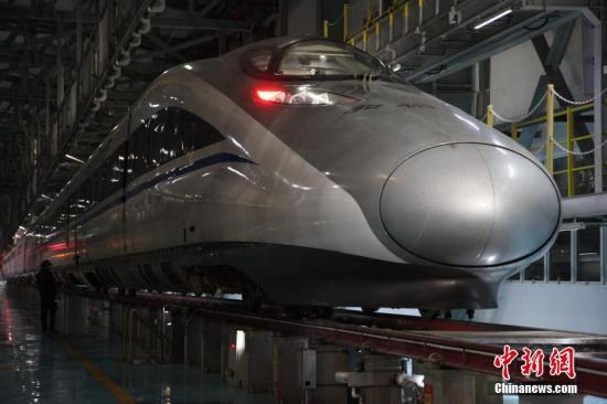 资料图:贵阳一车站的动车组列车。记者 陈威 摄