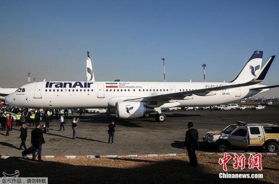 资料图:当地时间2017年1月12日,一架空客A321型客机飞抵伊朗首都德黑兰。这是伊朗与空客公司2016年12月签订100架空客飞机订购合同后交付的第一架。