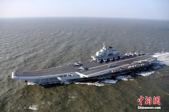 图为各型舰载机在辽宁舰甲板列阵。 莫小亮 摄