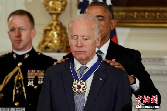 当地时间1月12日,美国华盛顿,奥巴马给副总统拜登颁发总统自由勋章。