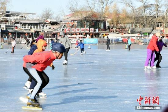 资料图:在什刹海滑冰锻炼的北京市民 中新社记者 张勤 摄