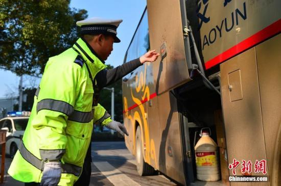 资料图:2017年1月13日,湖北宜昌交警严查各类交通违法行为,并对过往客运车辆、危化品运输车等进行严格检查。刘康 摄
