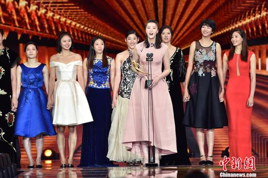 女排姑娘上台领奖。 记者 金硕 摄