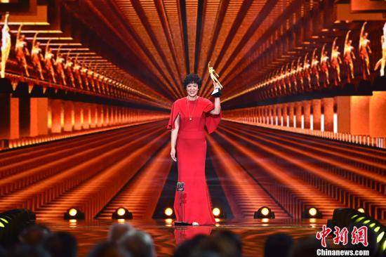女排主教练郎平一袭红裙,获得最佳教练奖。 记者 金硕 摄