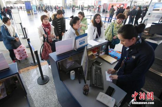 东航工作人员正在给旅客办理托运行李手续。 张云 摄