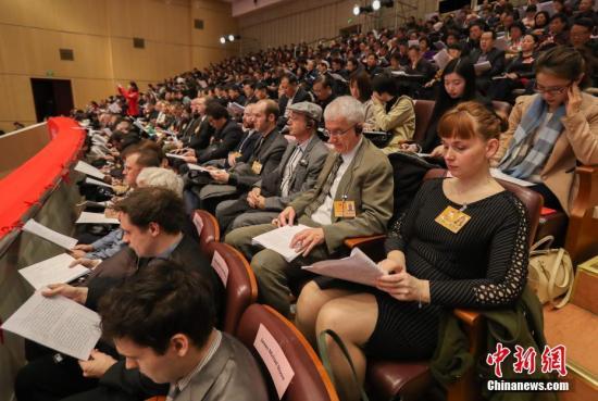 """资料图:1月15日,湖北省第十二届人民代表大会第五次会议在武汉开幕,13个国家的47名常驻湖北外籍人士受邀旁听会议,其中包括美、英、法、韩驻武汉总领事及外企高管、在鄂外国专家等。这也是2012年以来,该省连续五年邀请外籍人士参与旁听政府""""两会""""。中新社记者 张畅 摄"""