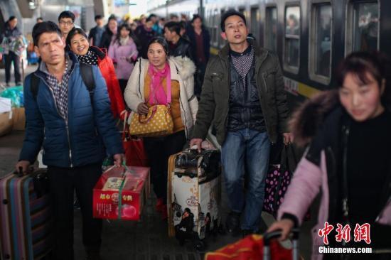 1月16日,从交通运输部获悉,截至1月15日,春运前三天,全国铁路、道路、水路、民航共发送旅客21000.1万人次。其中,铁路、道路、水路、民航分别发送旅客2646.3万人次、17691万人次、237.59万人次、425.22万人次。图为南京火车站迎来大批客流。中新社记者 泱波 摄