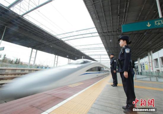 资料图:在咸宁北站,每天开往武汉的高铁多达几十趟。赵军 摄