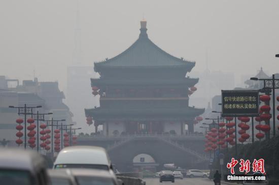 资料图 1月16日,西安城区被雾霾笼罩。<a target='_blank' href='http://www.chinanews.com/'>中新社</a>记者 张远 摄