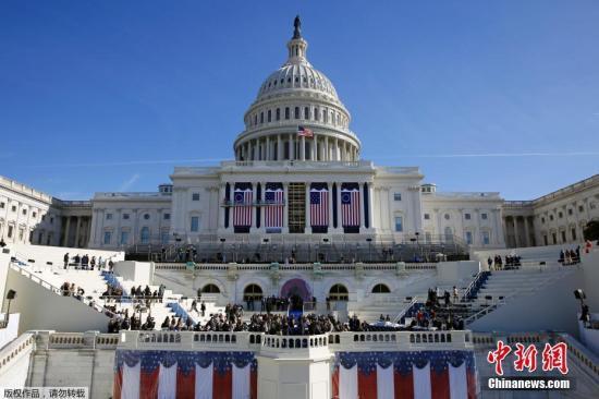 当地时间1月15日,美国华盛顿国会大厦前举行特朗普就职仪式彩排。图为现场模拟总统宣誓现场。
