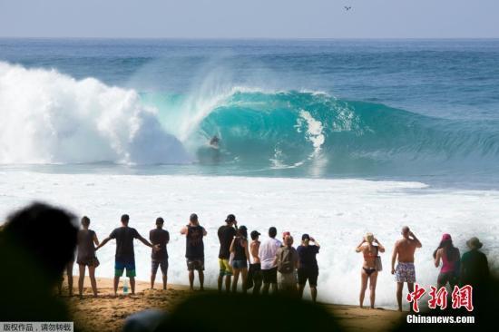 近日,2017年Backdoor Shootout冲浪大赛在美国夏威夷欧胡岛举行。比赛中,来自美国纽约的参赛选手巴兰・斯塔克(Balaram Stack)脱离冲浪板,腾空跃起。
