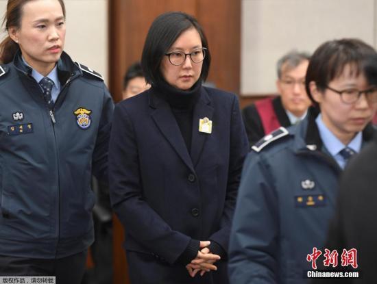 """当地时间2017年1月17日,韩国首尔,首尔中央地方法庭就""""干政门""""案件举行首次正式审判,崔顺实、张时浩、金钟等多名涉事?#39034;?#24237;。"""