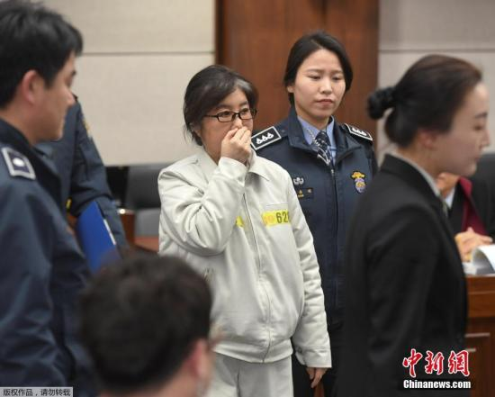 """当地时间2017年1月17日,韩国首尔,首尔中央地方法庭就""""干政门""""案件举行首次正式审判,崔顺实出庭。"""