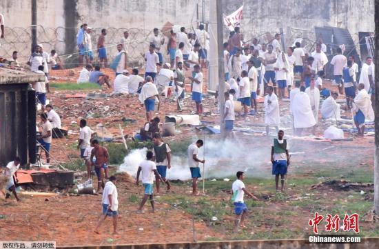 当地时间1月18日,巴西北里奥格兰德纳塔尔Alcacuz监狱发生暴动,囚犯爬上房顶示威。