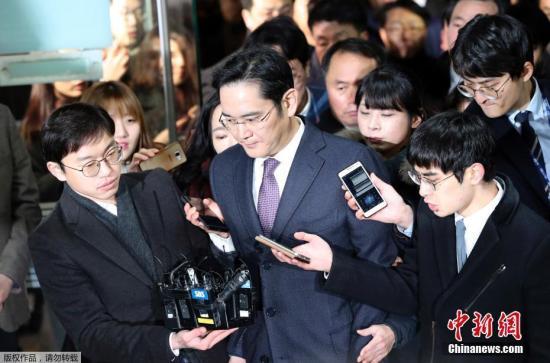 当地时间1月18日,韩国首尔,三星电子副会长李在镕就独检组批捕申请事件接受法院审讯后回家,遭到记者围堵。