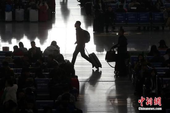 资料图 旅客准备乘车出行。<a target='_blank' href='http://www.chinanews.com/'>中新社</a>记者 泱波 摄