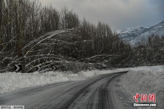 当地时间1月18日晚间,意大利中部阿布鲁佐大区山区发生雪崩,致使当地一家酒店被掩埋。据信,这场灾难造成多人死亡。意大利民防部门表示,有30人在雪崩中失踪。图为事发山区。