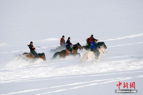 资料图:新疆布尔津县农牧民冬季运动会。 王小军 摄
