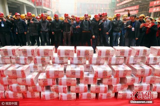 资料图:发放工资。 马昭 摄 图片来源:视觉中国
