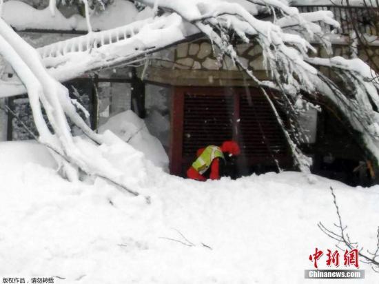 由于积雪严重阻断道路,救援工作进展缓慢。第一批救援人员19日清晨才抵达酒店附近。搜救人员说,酒店内没有生命的迹象。
