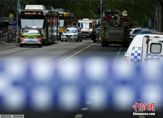 当地时间1月20日,一辆汽车高速冲进澳大利亚墨尔本的购物人群,已经造成3人死、20伤。报道称,伤者中多人伤势严重,包括一名幼童。目前警方已经封锁了现场,拘留了红色小轿车中的司机。