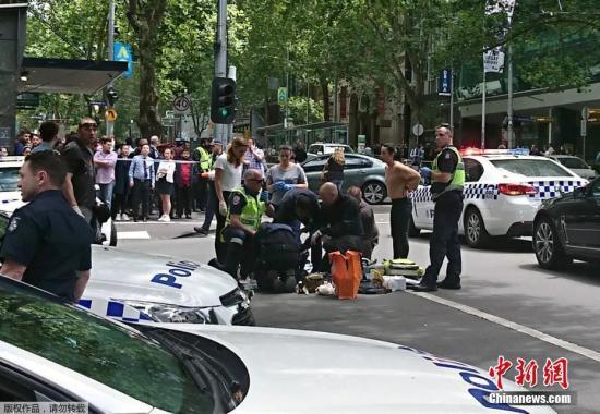 资料图:当地时间1月20日,一辆汽车高速冲进澳大利亚墨尔本的购物人群。