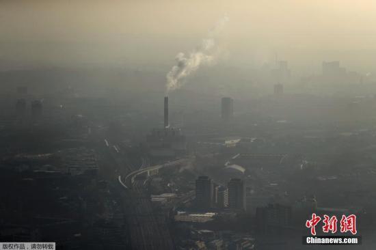 资料图:当地时间1月19日,英国伦敦出现严重雾霾,八个区域发布严重空气污染警告。