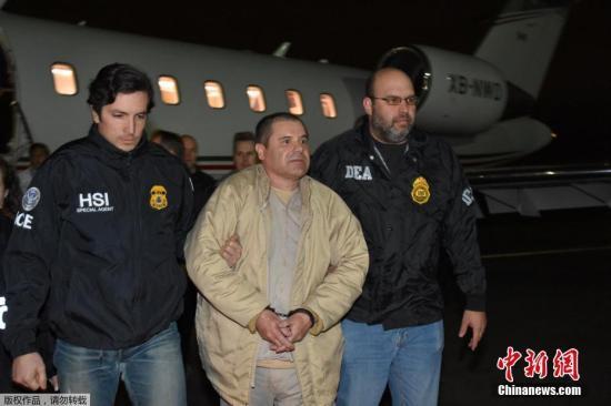 当地时间2017年1月20日,美国纽约,墨西哥毒枭古兹曼抵达纽约长岛麦克阿瑟机场,即将在纽约受审。